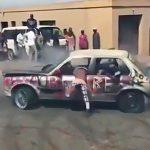 ドリフトして遊ぶ若者たち in アフリカ。