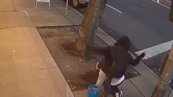 見知らぬ女性の顔を思いっきり蹴って逃げていく男の映像。