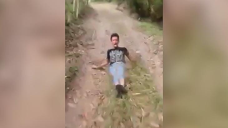 泥棒の男が車でわりと速いスピードで引きずられる映像。