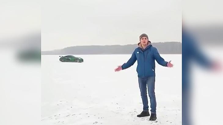 凍った湖をドリフトしてた車が割れた氷の下に沈んでいく映像。