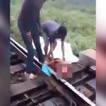 【閲覧注意】電車に胴体真っ二つにされてもまだ結構生きてる男のグロ動画。
