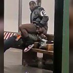 駅のホームで男の顔にお尻を押しつけたあとオナニーする男の映像。