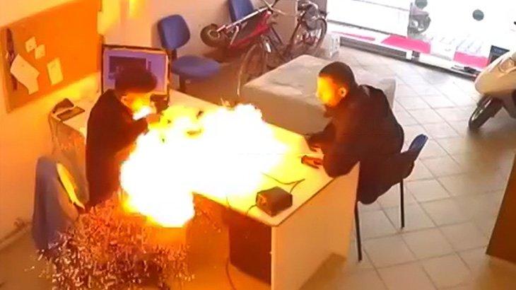修理中のスマートフォンが突然爆発する映像2本。