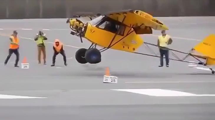 ほとんど助走することなく離陸することができる飛行機の映像。