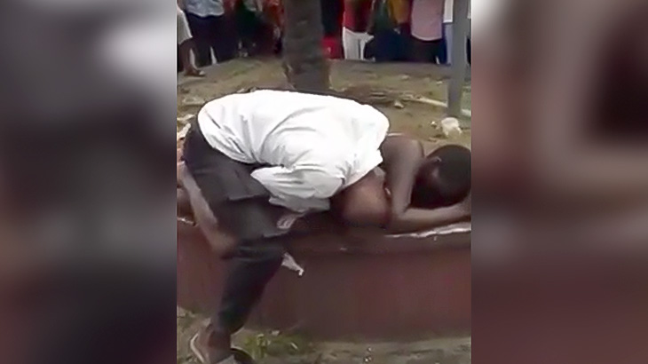 人通りの多い場所でセックスし始めるアフリカ人の映像。
