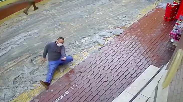 ちょっと転んだだけで足が折れてしまった男の映像。