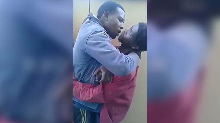 盗みを働いた2人の男が罰としてキスさせられてしまう映像。