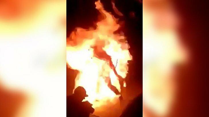 ファイアーパフォーマンス中、全身火だるまになってしまった男性の映像。