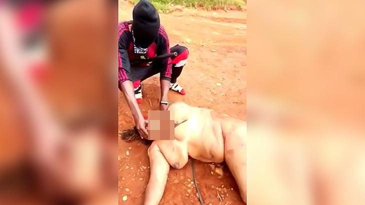 【閲覧注意】全裸の女性の首をナイフで切断するグロ動画。