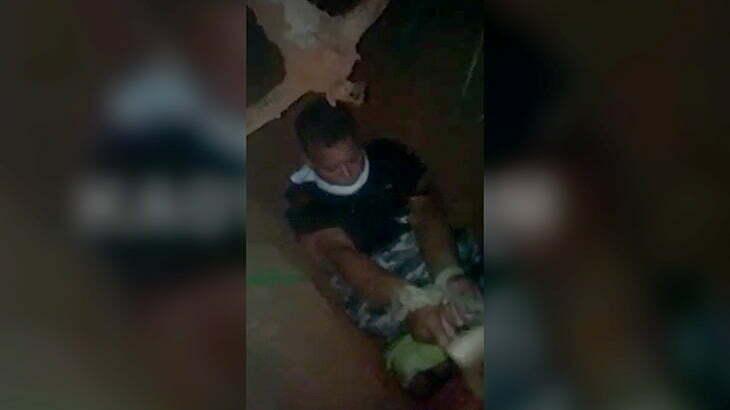 【閲覧注意】つるはしを頭に突き刺されて殺される男のグロ動画。