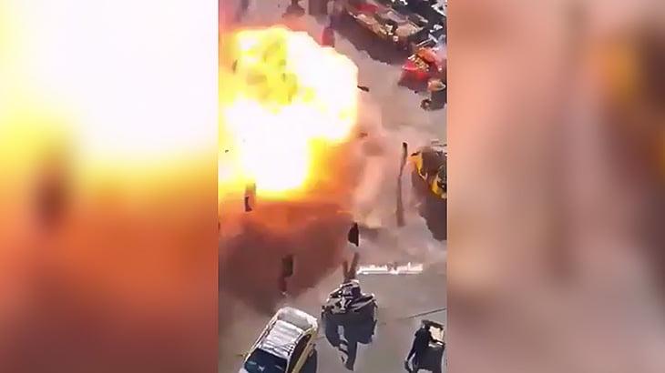 多くの人が自爆テロの爆発に巻き込まれる瞬間の映像。