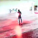 礼拝堂でガソリンを浴びて自殺する男の映像。