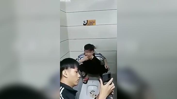 【クソ注意】便器のウンコを手ですくい取って食べる男の映像。