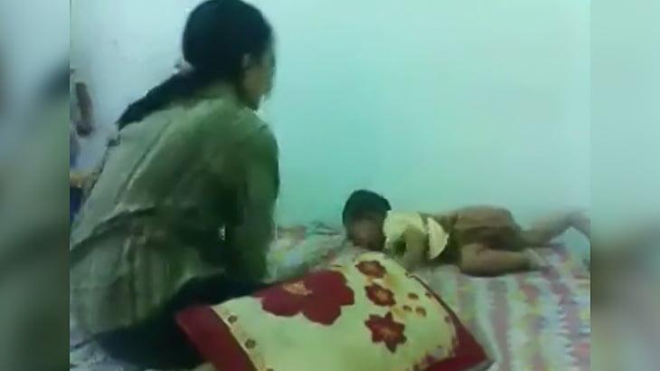 泣き叫ぶ我が子を殴りまくる母親の映像。