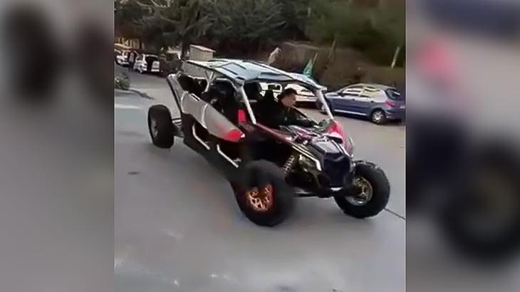 特殊な車で街なかを暴走してたら横転しちゃった映像。