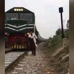 向かってくる電車をバックに動画撮影してたら轢かれて死んでしまった男の映像。