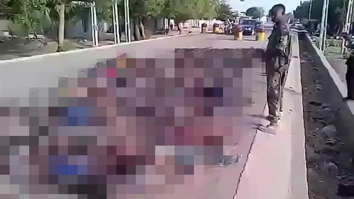 【閲覧注意】殺害した数十人の死体を撮影する兵士たちの映像。