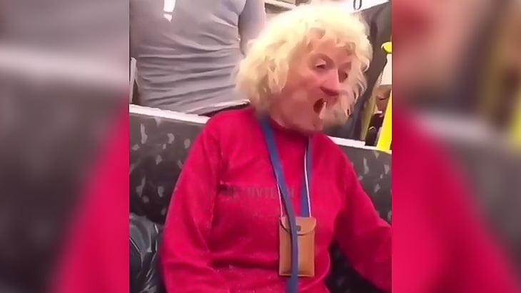 暇を持て余したおばあちゃんが入れ歯を口の中でコロコロ回す映像。