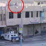 屋上から爆弾を落として下にいる男性を爆破する映像。