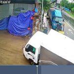 スリップしたトラックが華麗な縦列駐車みたいになった映像。