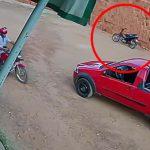 なぜか無人のバイクが走り続ける映像。