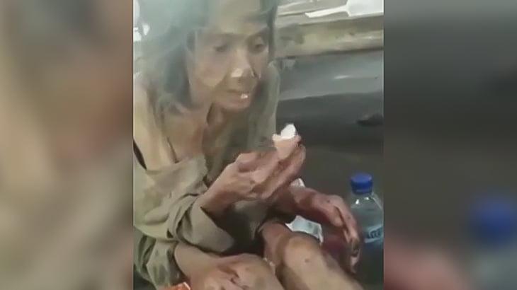 ガリガリのおばあちゃんに食事を与える映像。