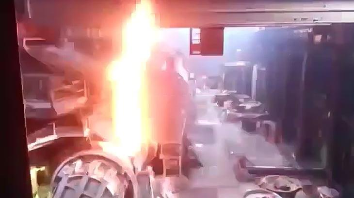溶鉱炉が大爆発する瞬間を撮影したアクシデント映像。