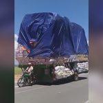 とんでもない量の荷物を運ぶバイクの映像。