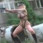 ボンテージファッションに身を包んだ女性が銃を撃ちまくるだけの映像。