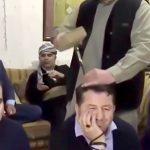 頭にナイフを突き刺されて笑顔を浮かべるイスラム教信者たちの映像。