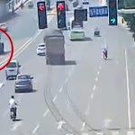 トラックから外れたタイヤでストライクショットされてしまうバイクの映像。