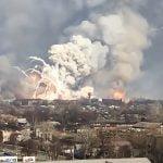 火災が起きた武器庫からミサイルが飛びまくる映像。