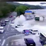 堤防を乗り越えて流れ込んできた大量の水で車が流されてしまう映像。