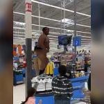 スーパーマーケットで意味のわからない騒ぎ方をする男の映像。