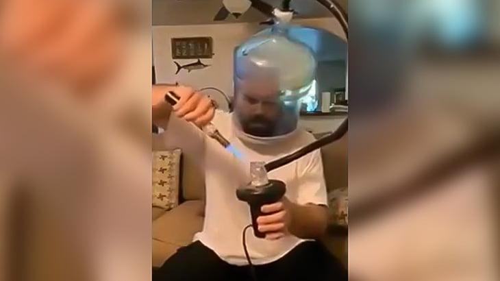 エクストリームな方法でマリファナを吸う男の映像。
