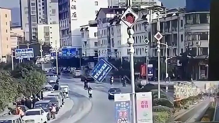 倒れた道路標識に激突してしまったバイカーの映像。
