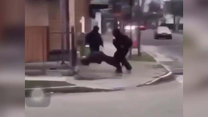 ワンパンKOした相手をどこかへ運んでいく男の映像。