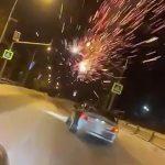 交通トラブル相手の車に打ち上げ花火をぶっ放しまくる映像。