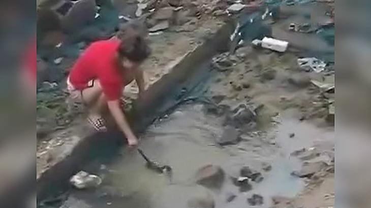 子猫を溺れさせて遊ぶイカれた女の映像。
