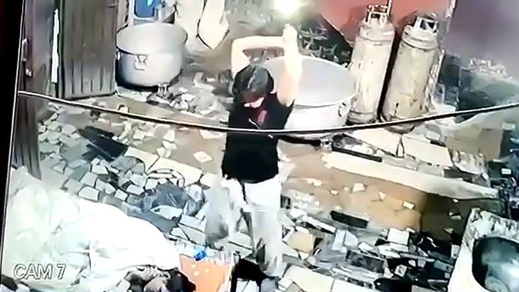 作業場で寝ていた男性をとつぜん斧で殴り殺す男の映像。