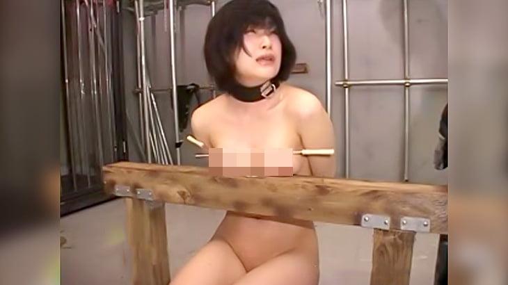 串とか釘をオッパイに刺されまくって喘ぎ声をあげるエロ動画。