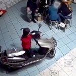まだ幼い男の子がスクーターのエンジンをかけて壁に突っ込んでしまう映像。