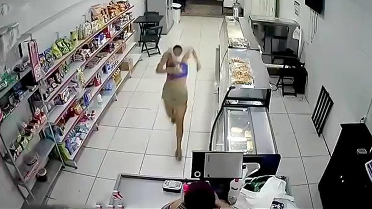 武器も持たずに顔を変なふうに隠した女がレジから金を奪おうとして返り討ちにあう映像。