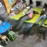 男性が寝そべっていたベッドからとつぜん黒煙があがる映像
