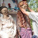 ミイラ化した死体を掘り起こして掃除したり服を着せたりする「トラジャ族」