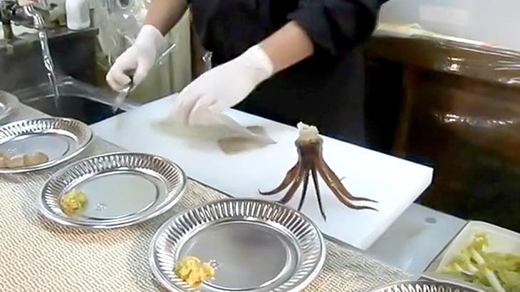 外国人が日本で生きたままイカが捌かれる様子を撮影した映像
