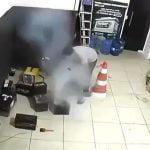 バッテリーの爆発で右目を失ってしまった男の映像。