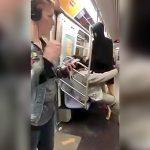 電車内でマネキン相手にブチ切れる男の映像