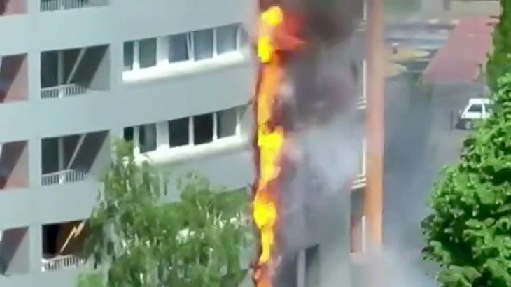 マンションの2階から出火してあっという間に最上階まで火が燃え広がる映像