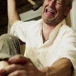 【微閲覧注意】陽気にギターを弾く男の横で足の指に釘を打ち込む男の映像